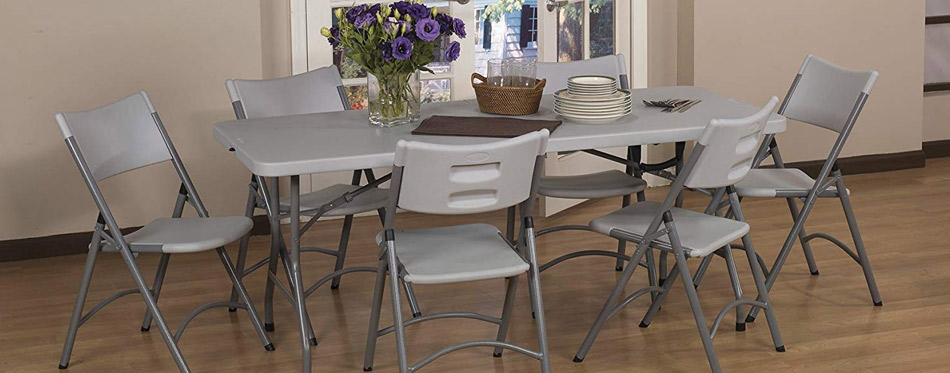 Folding table and chairs in the kitchen