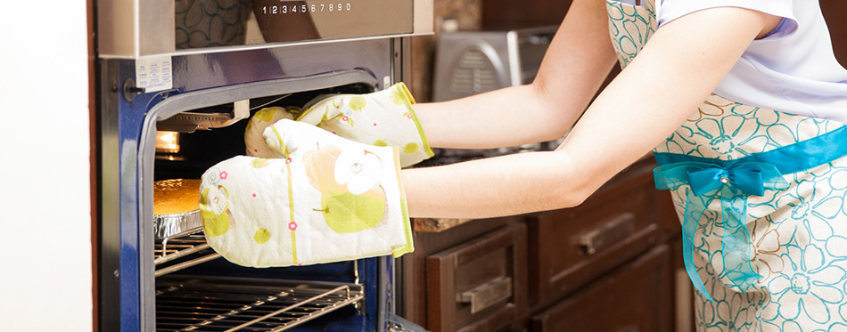 girl using oven mitts